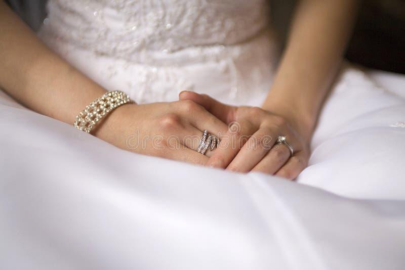 Mãos da noiva fotografia de stock