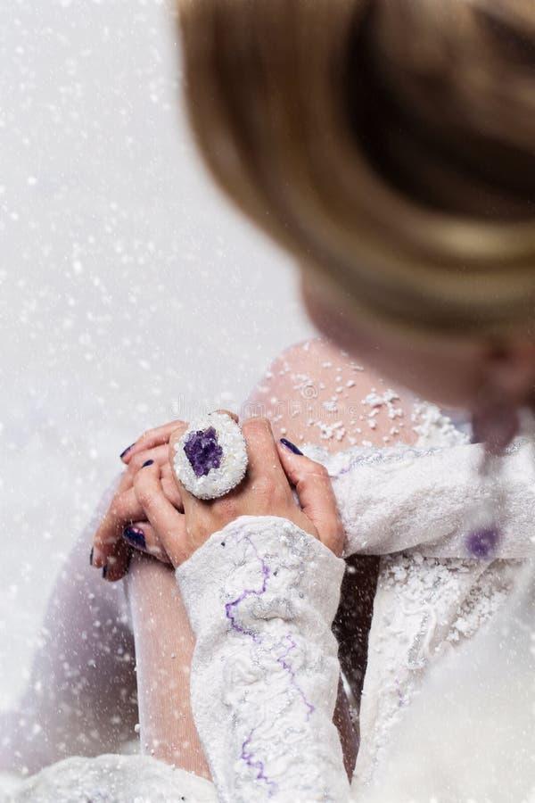 Mãos da noiva com anel da ágata imagens de stock