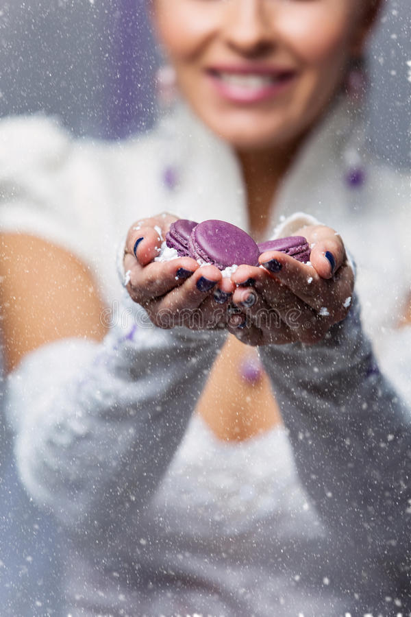 Mãos da noiva com macarons imagens de stock royalty free