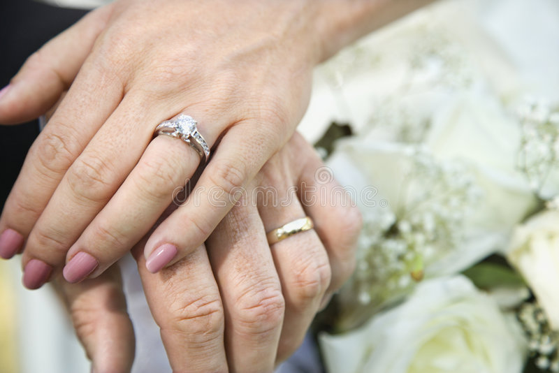 Mãos da noiva e de noivo fotografia de stock royalty free
