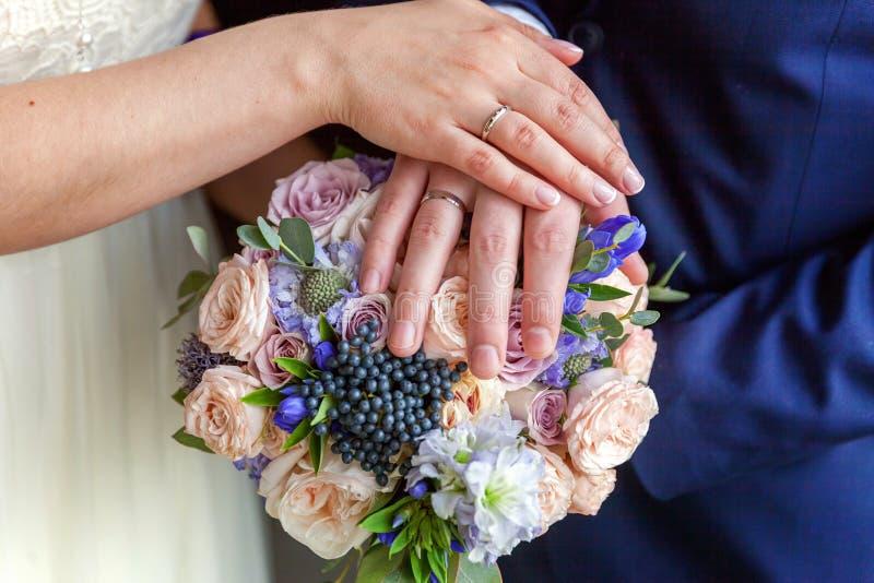 Mãos da noiva e do noivo fotografia de stock