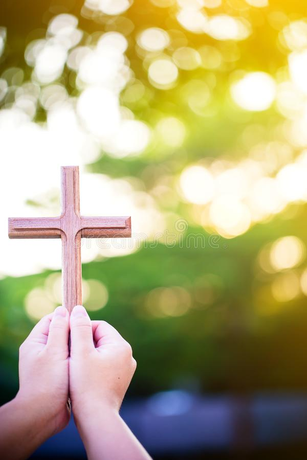 mãos da palma da pessoa para guardar a cruz santamente, crucifixo para adorar imagem de stock royalty free