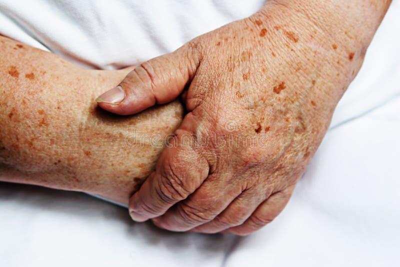Mãos da pessoa idosa imagens de stock royalty free
