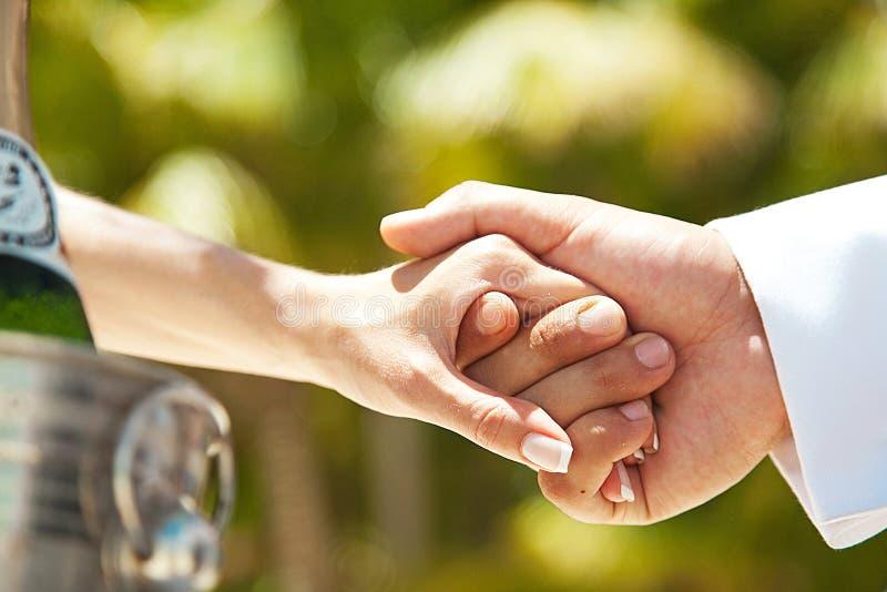 Mãos da posse dos pares Casamento e amor imagens de stock royalty free