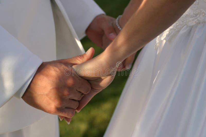 Mãos da terra arrendada do casamento fotos de stock