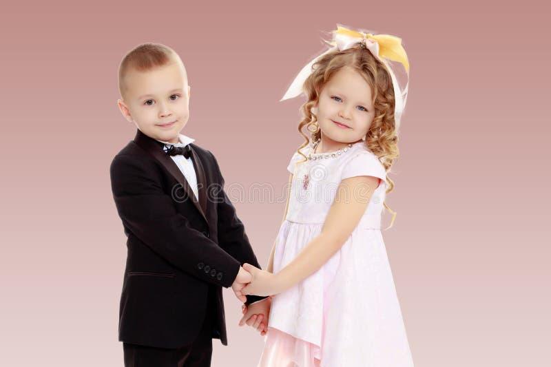 Mãos da terra arrendada do menino e da menina fotografia de stock royalty free
