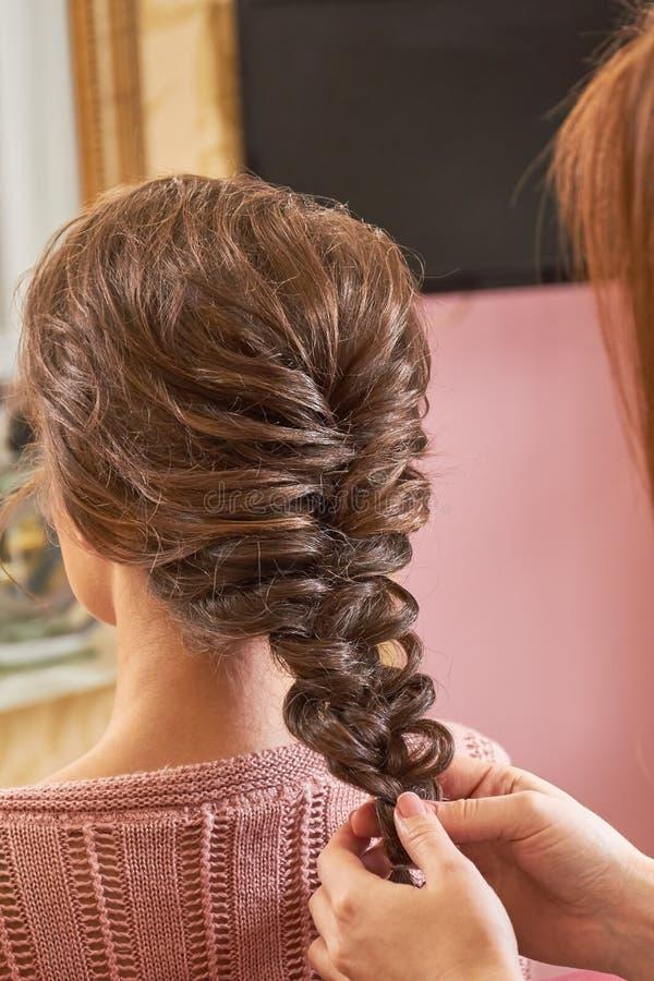Mãos da trança de trança do cabeleireiro imagens de stock royalty free