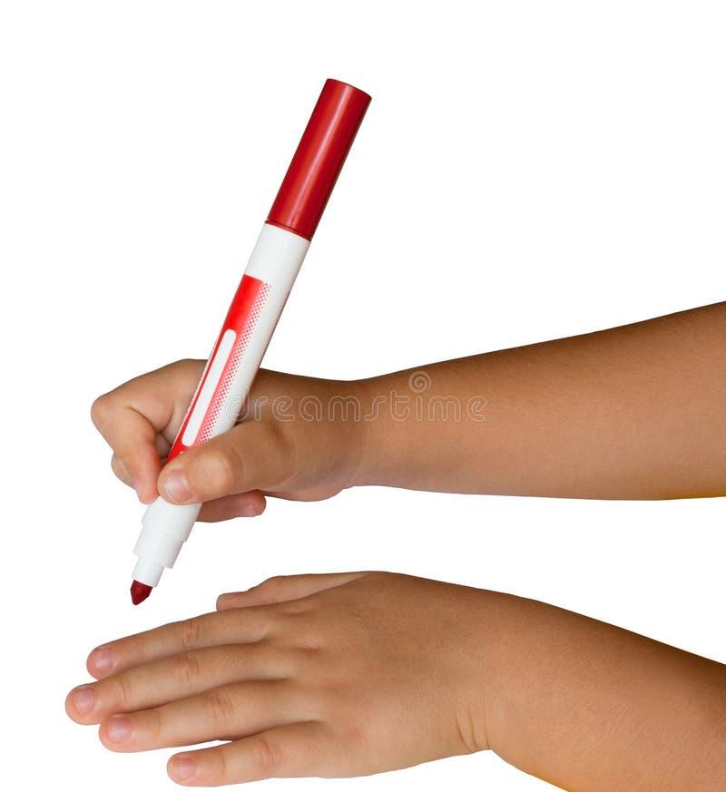Mãos das crianças que prendem uma pena felt-tip vermelha imagens de stock royalty free