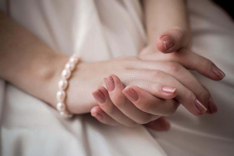 Mãos das noivas Cerimónia de casamento Em antecipação ao casamento imagem de stock royalty free