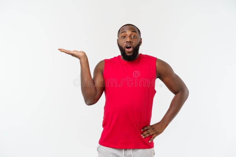Mãos de alargamento do homem afro-americano novo do esporte ao lado para que convidar venha imagens de stock royalty free