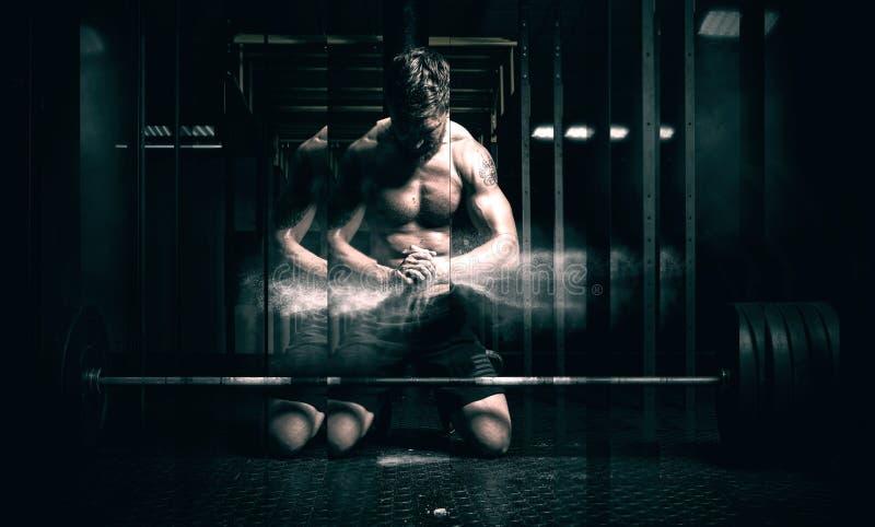Mãos de aplauso do homem muscular e preparação para o exercício imagem de stock