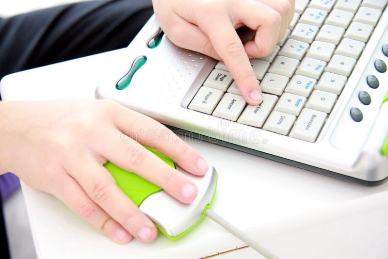 Mãos de Childs no computador foto de stock royalty free