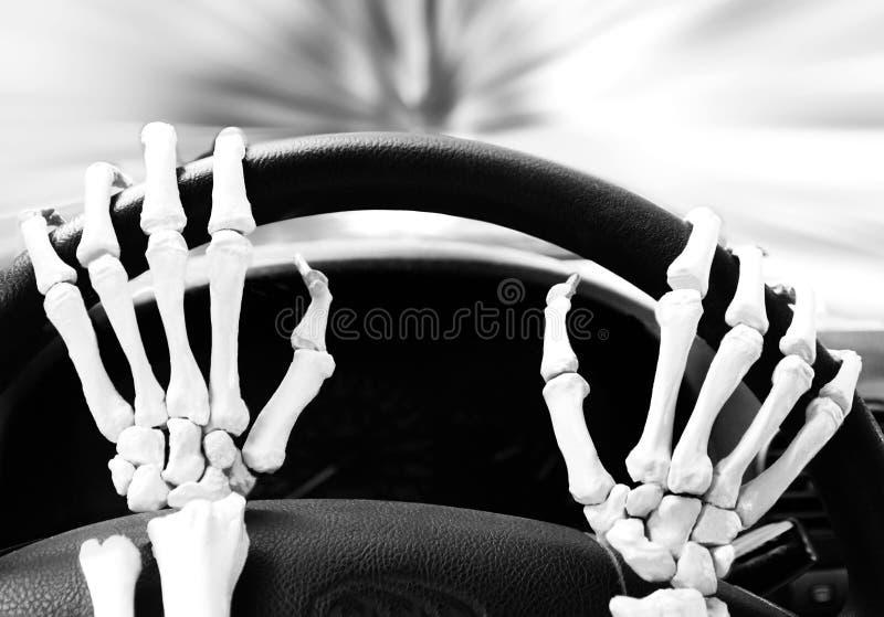 Mãos de esqueleto em uma roda de direcção fotos de stock