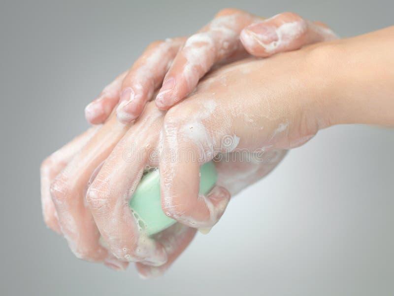 Mãos de lavagem com sabão foto de stock