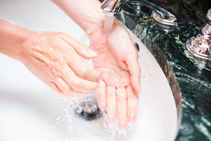 Mãos de lavagem com sabão e água Tema da higiene e da limpeza imagens de stock royalty free