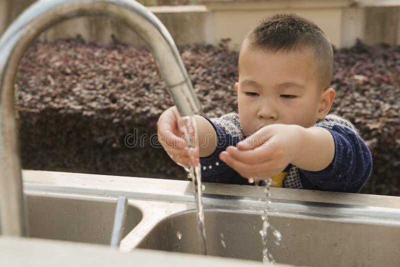 Mãos de lavagem da criança fotos de stock