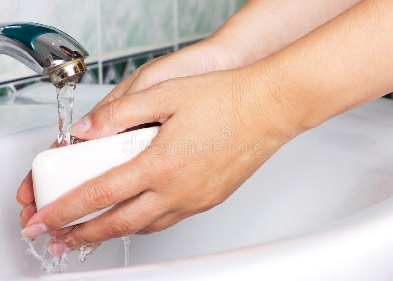 Mãos de lavagem da mulher fotografia de stock