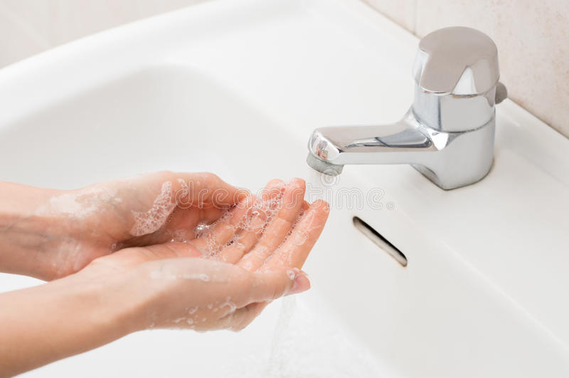 Mãos de lavagem da mulher foto de stock