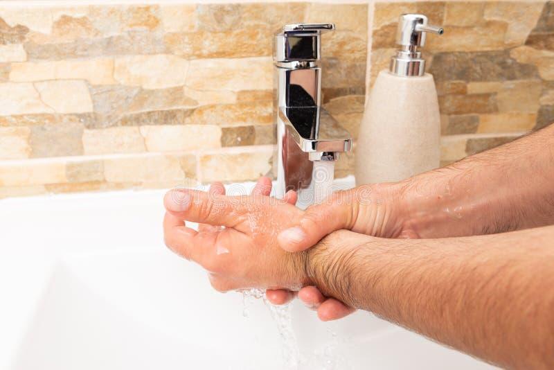 Mãos de lavagem da pessoa foto de stock royalty free