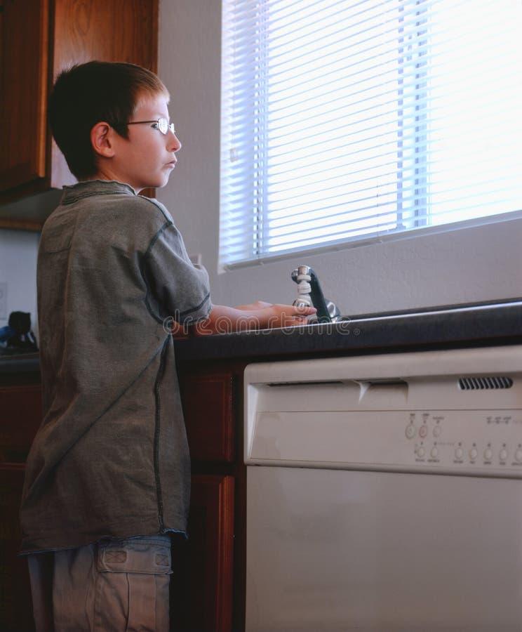Mãos de lavagem do menino imagem de stock royalty free