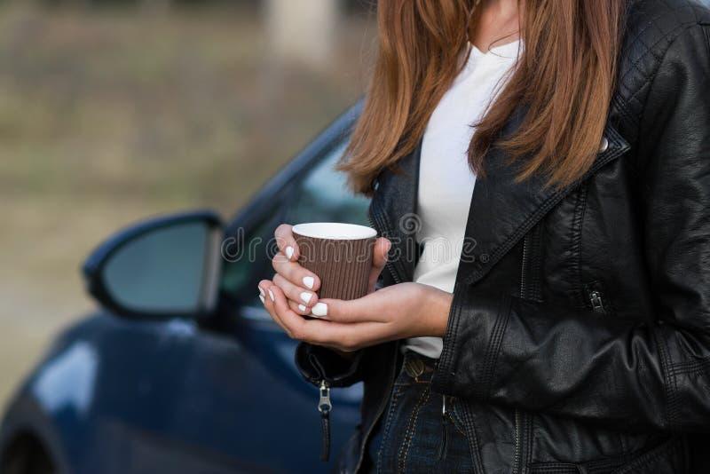 Mãos de mulher segurando café ao ar livre foto de stock royalty free