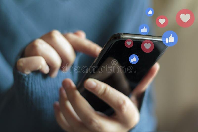 Mãos de mulher usando smartphone Conceito de mídia social e transmissão em direto imagem de stock