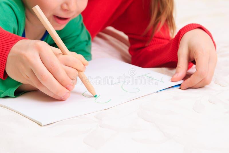 Mãos de números da escrita da mãe e da criança fotografia de stock