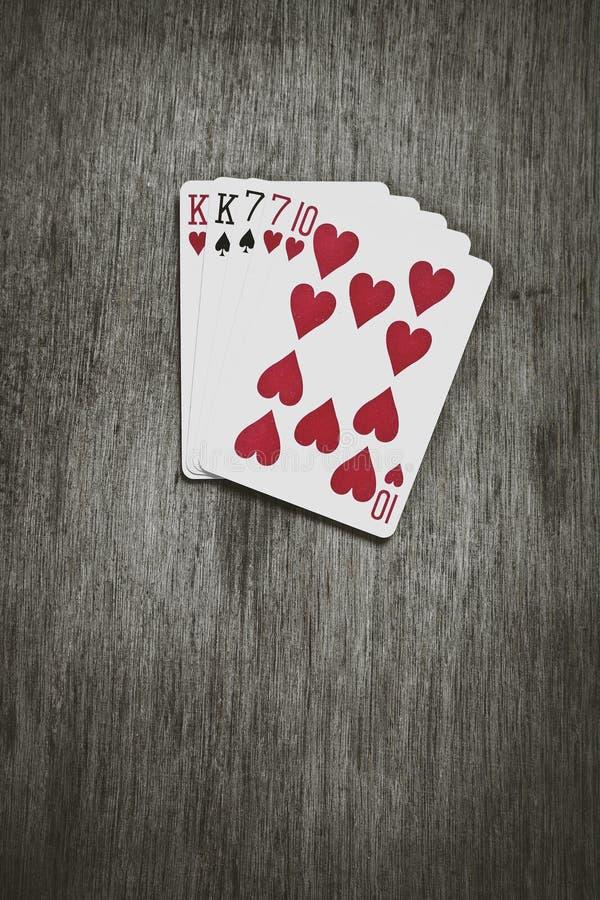 Mãos de pôquer - TWO-PAIR Cinco cartões de jogo que formam a mão inoperante do ` s do homem do pôquer famoso fotos de stock