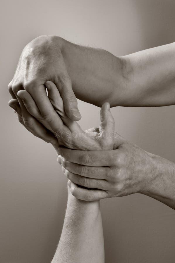 Mãos de Reflexology da massagem imagens de stock