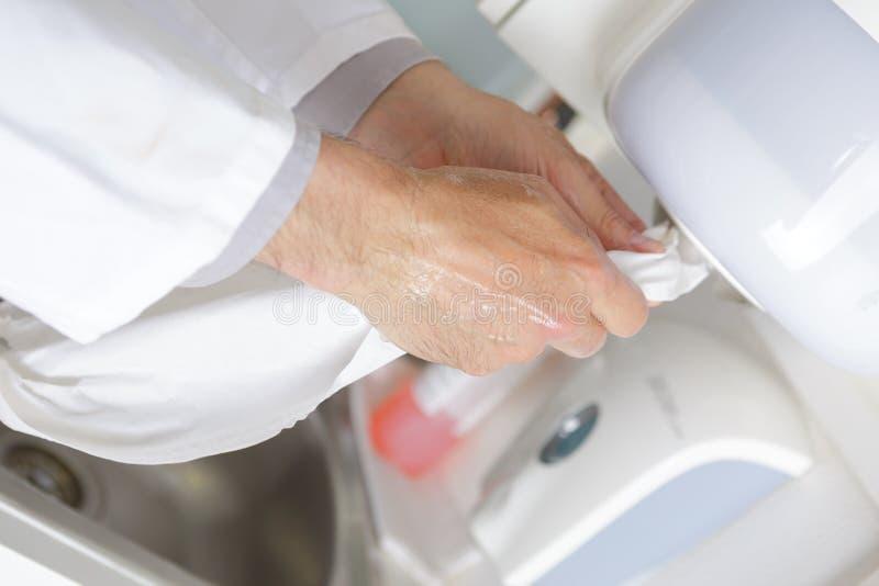 Mãos de secagem após a limpeza com a bolha fotografia de stock royalty free