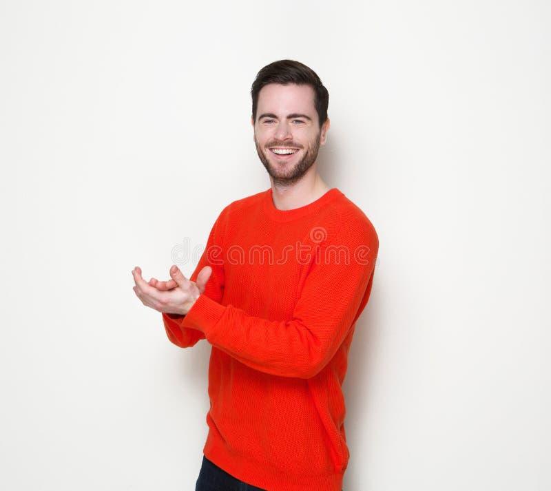 Mãos de sorriso e de aplauso do homem novo foto de stock royalty free