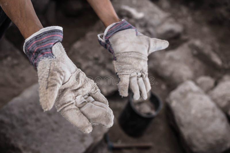 Mãos de trabalho do arqueólogo imagem de stock