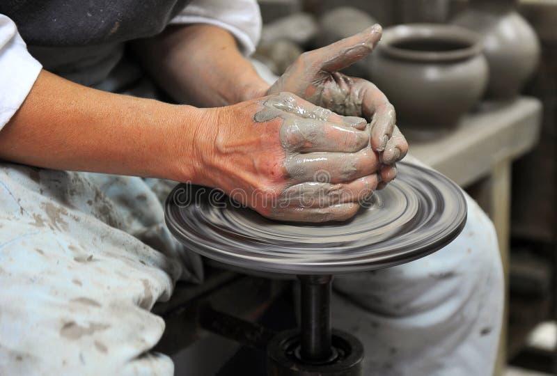 Mãos de um artesão fotos de stock