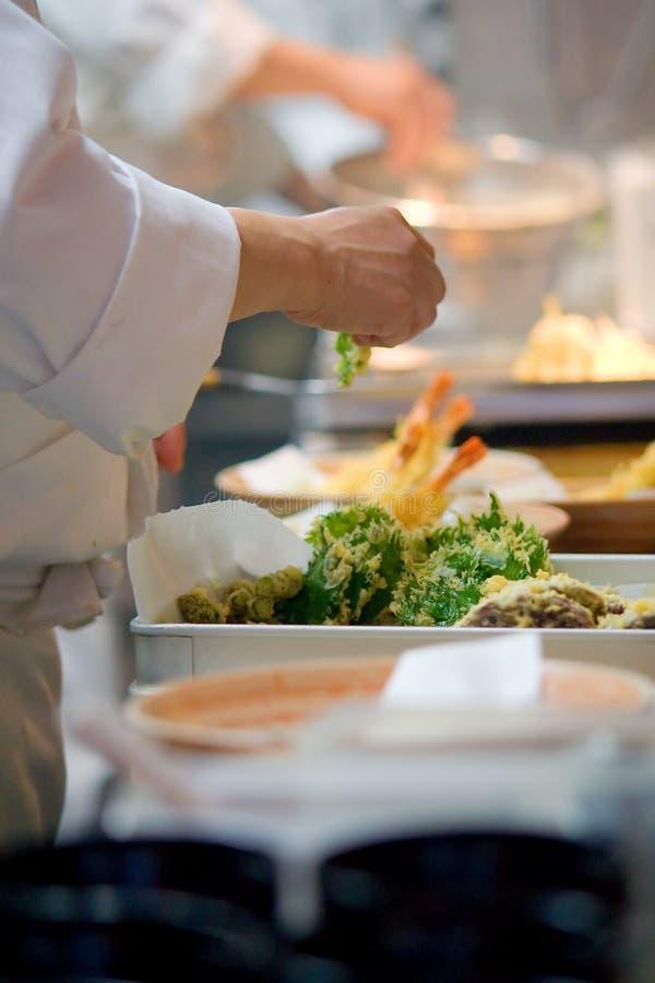 Mãos de um cozinheiro chefe japonês mestre foto de stock royalty free