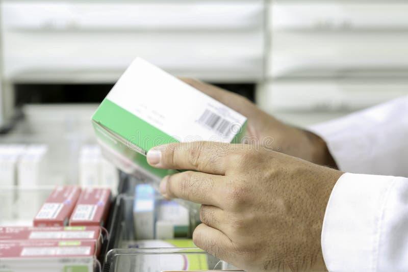 Mãos de um farmacêutico fotografia de stock