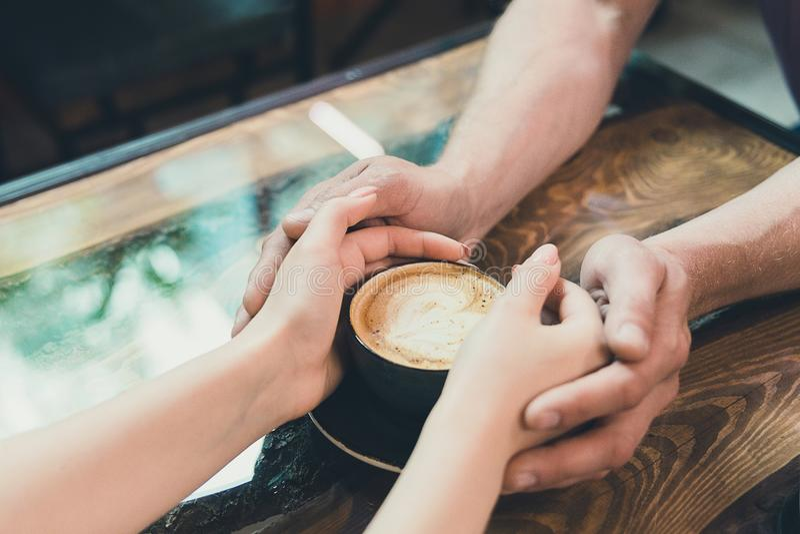 Mãos de um homem e de uma mulher imagem de stock