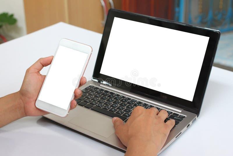 Mãos de um homem de negócios que guarda um smartphone vazio e para ter blan imagens de stock royalty free