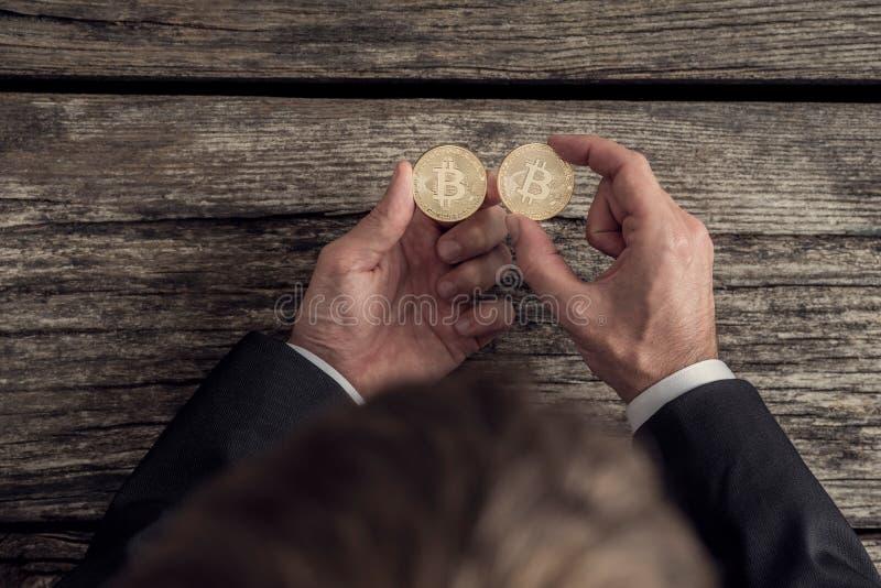 Mãos de um homem de negócios que joga com bitcoins foto de stock royalty free