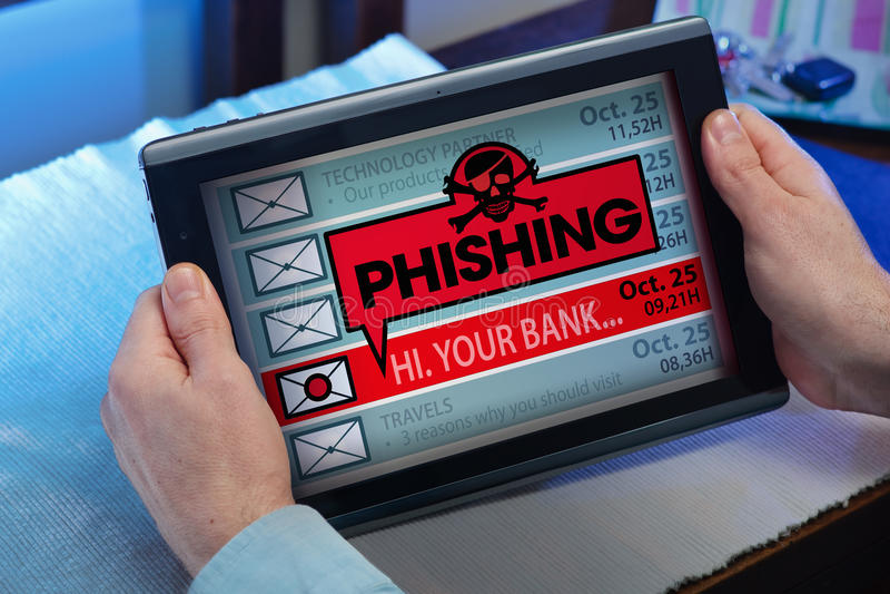 Mãos de um homem que olha email na tabuleta com uma mensagem do vírus fotografia de stock