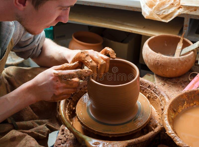 Mãos de um oleiro imagens de stock royalty free