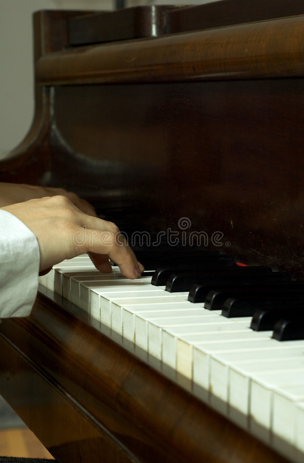 Mãos de um pianista no piano foto de stock royalty free