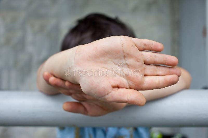 Mãos de um rapaz pequeno imagens de stock royalty free