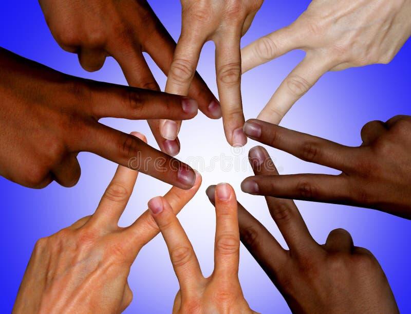 Mãos diferentes da cor da pele no sinal de paz fotos de stock