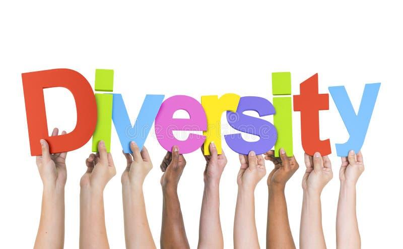 Mãos diversas que guardam a diversidade da palavra fotos de stock royalty free