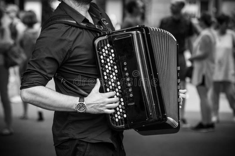 Mãos do acordeonista que jogam o acordeão na rua fotos de stock royalty free