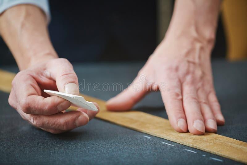 Mãos do alfaiate com giz imagens de stock royalty free