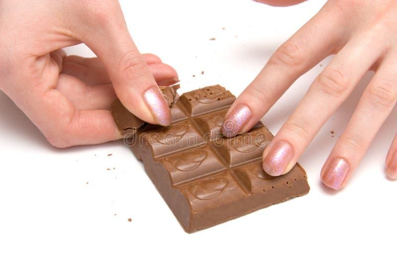 Mãos do chocolate e da mulher foto de stock