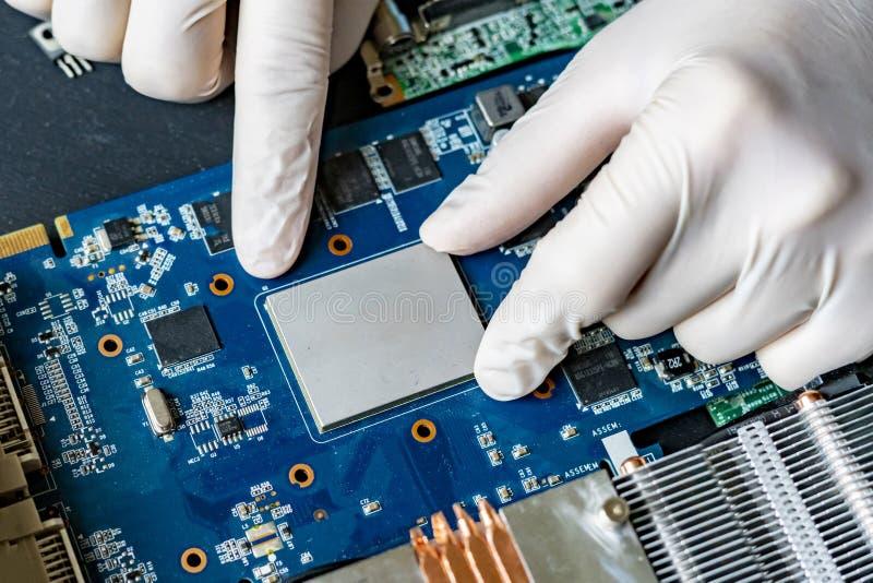 Mãos do cientista no trabalho de pesquisa da universidade com a microplaqueta f do processador central do computador da nova tecn imagens de stock royalty free