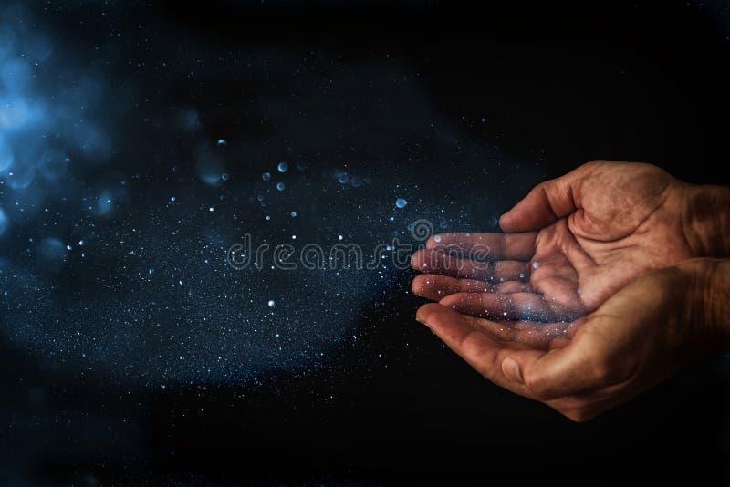 mãos do close up do homem que imploram pela ajuda conceito para a pobreza ou a fome, procurando para a luz na obscuridade fotos de stock