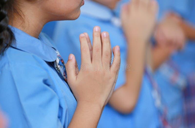 Mãos do close-up do professor do respeito do pagamento do estudante do jardim de infância fotografia de stock royalty free